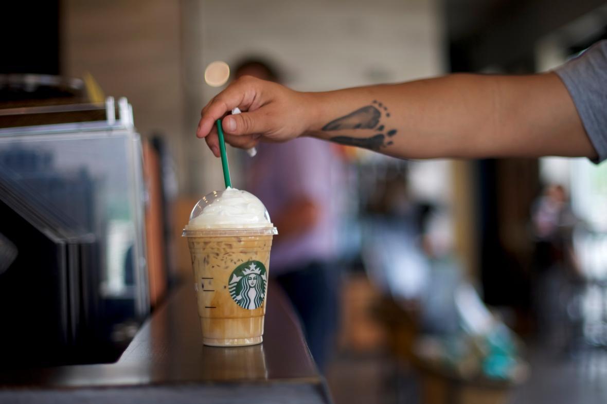 Plastová brčka v kavárnách Starbucks začínají končit.