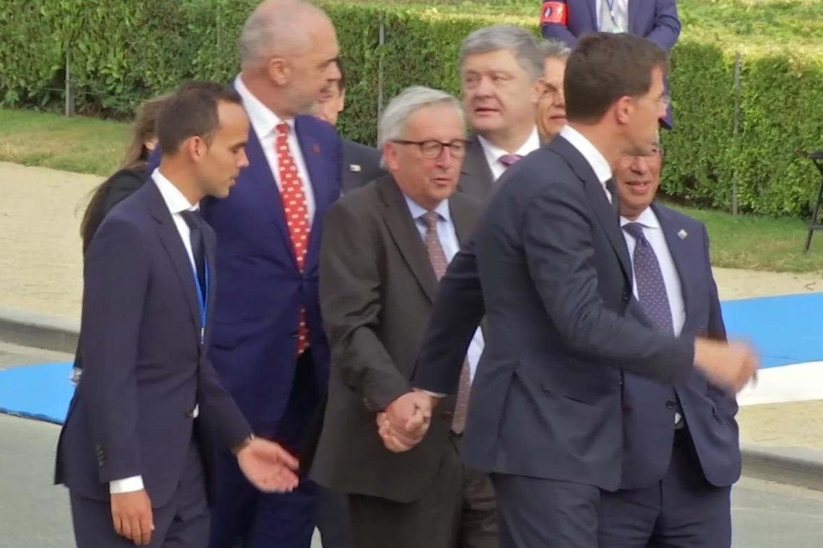Jean-Claude Juncker měl při pohybu problémy udržet rovnováhu