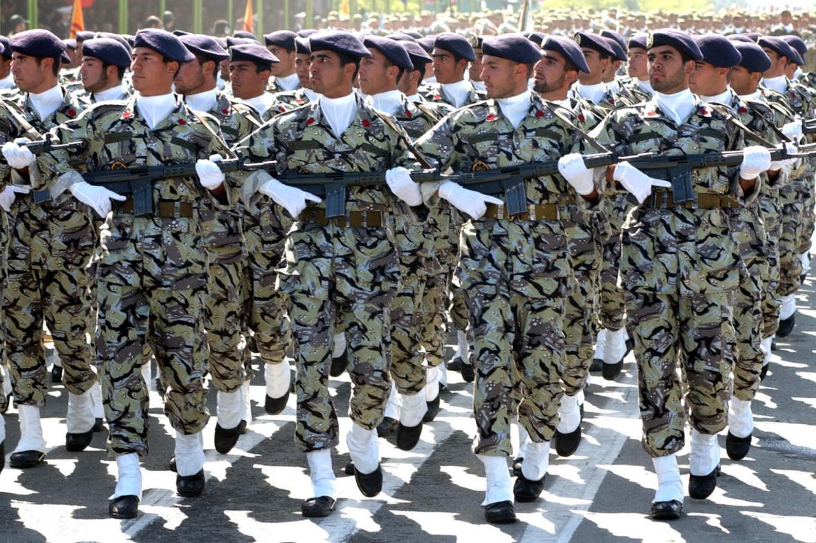 Příslušníci íránských speciálních jednotek pochodují při oslavách dne íránské armády