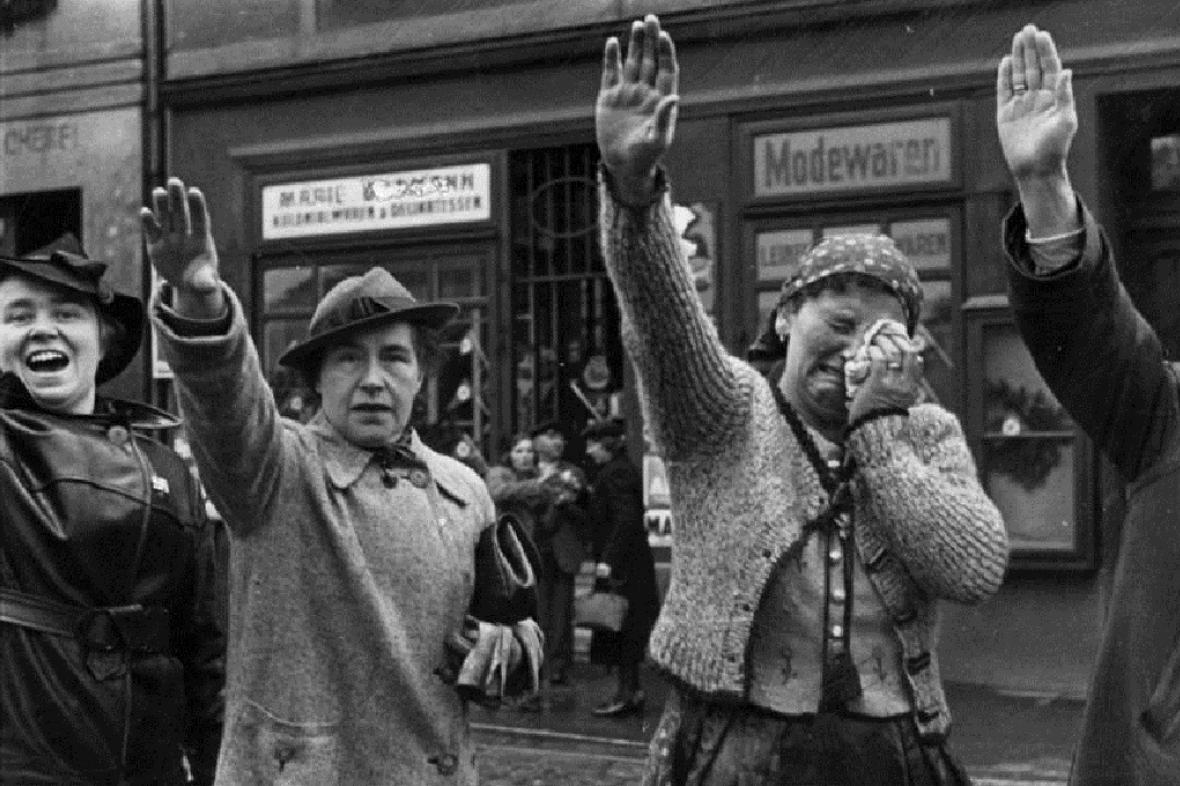Obyvatelé Chebu zdraví německé jednotky v roce 1938