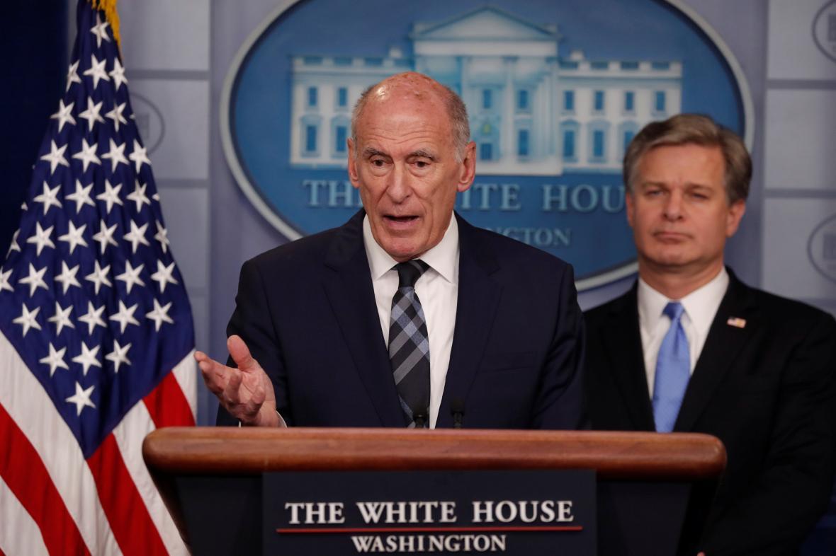 Šéf amerických tajných služeb Dan Coats a vedle něho ředitel FBI Christopher Wray