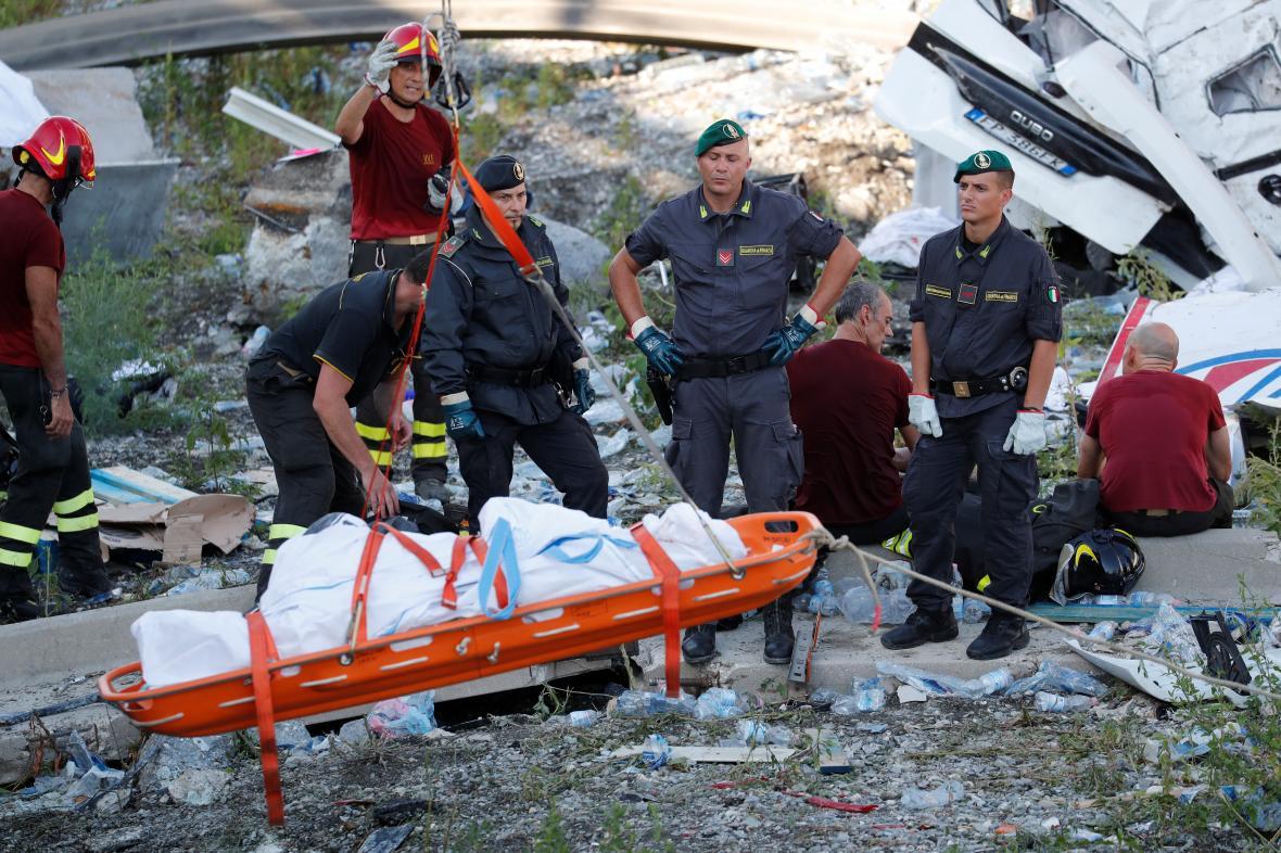 Záchranáři prohlédávají trosky janovského mostu
