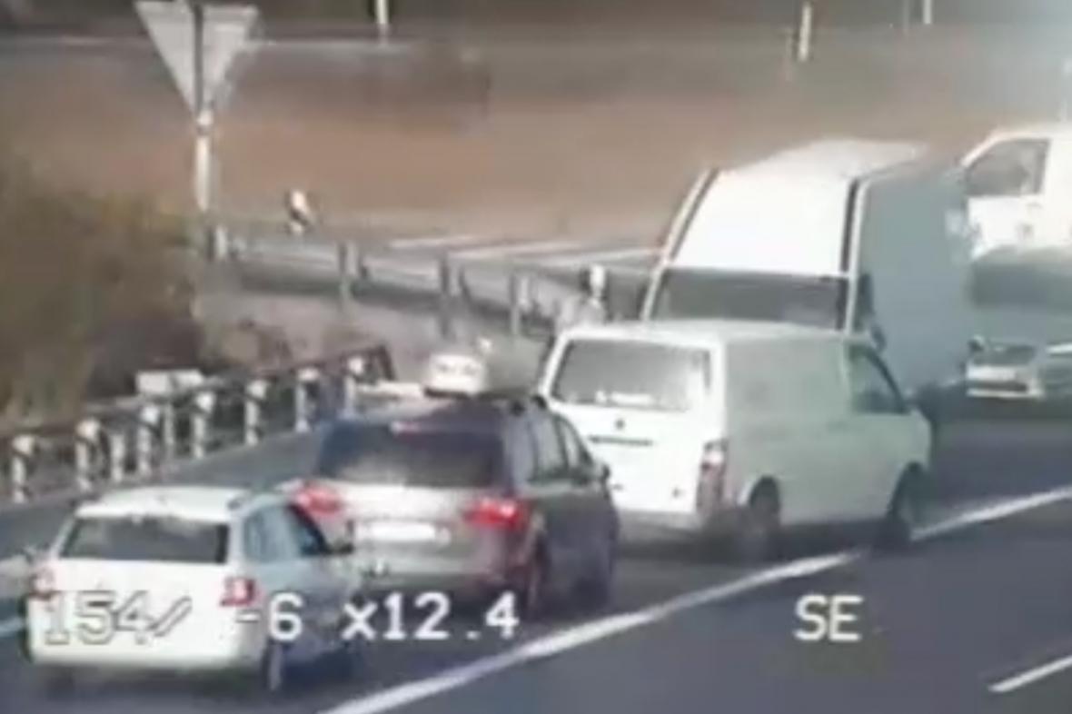 Na dálnici D11 jely v protisměru desítky aut