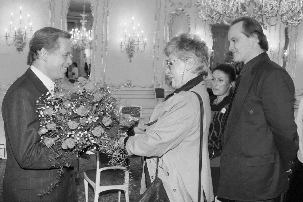 Kamila Moučková s Václavem Havlem a Michaelem Kocábem v roce 1991
