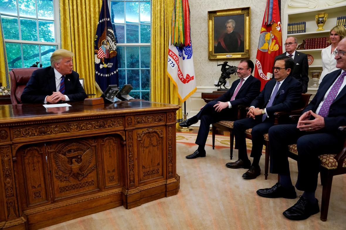 Trump při setkání s mexickou delegací v Bílém domě.