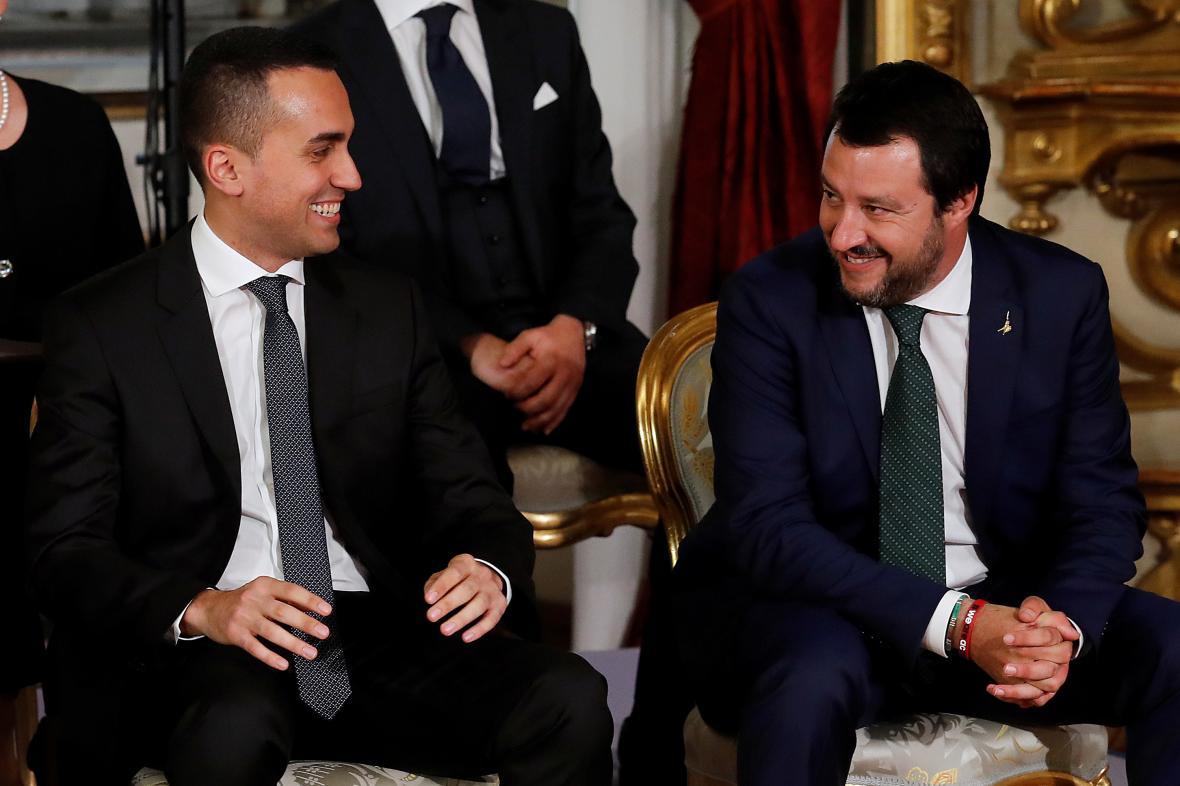 Předseda Hnutí pěti hvězd Luigi Di Maio a šéf Ligy Matteo Salvini