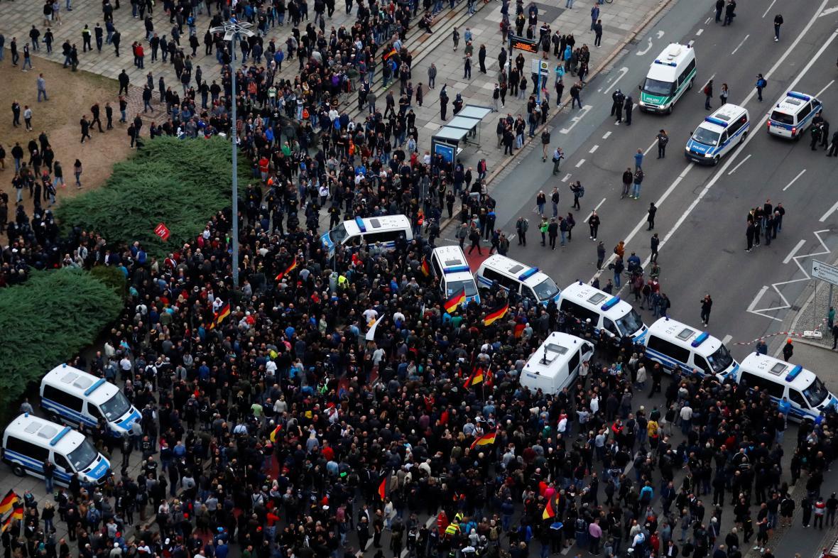Moment, kdy policie zablokovala čelo demonstrace proti migrantům.