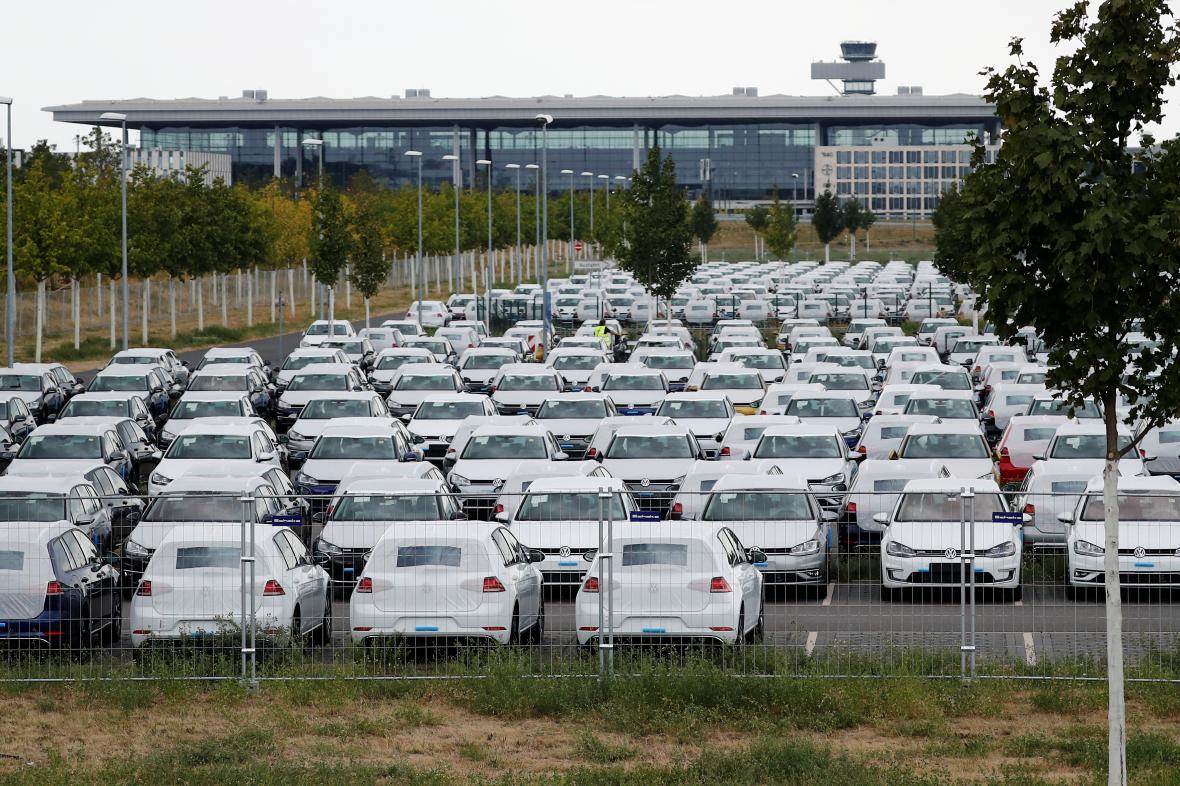 Nové vozy Volkswagenu u letiště Berlín Schoenefeld.