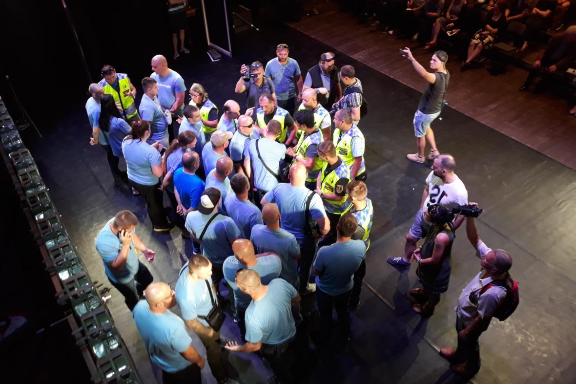 Členové hnutí Slušní lidé přerušili Frljičovu hru