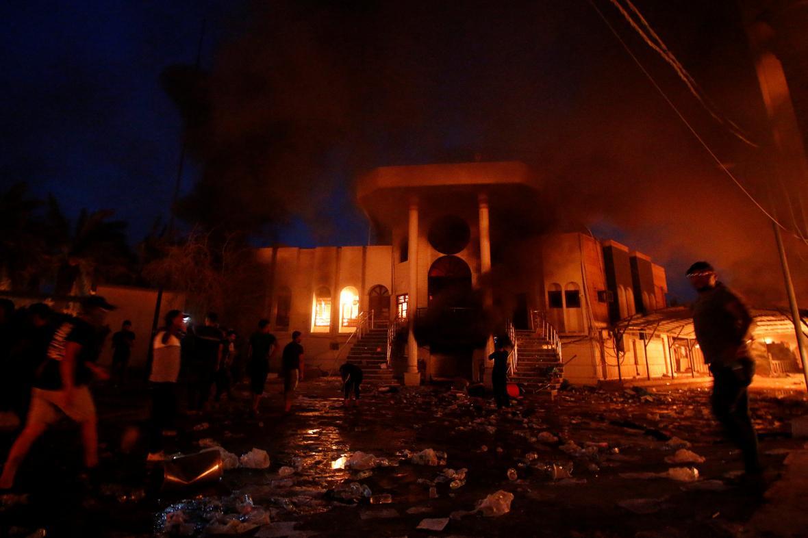 Dav před íránským konzulátem v Basře
