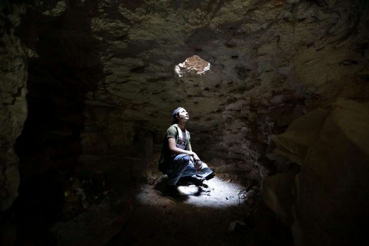 Muž se ukrývá v podzemní jeskyni v Idlibu