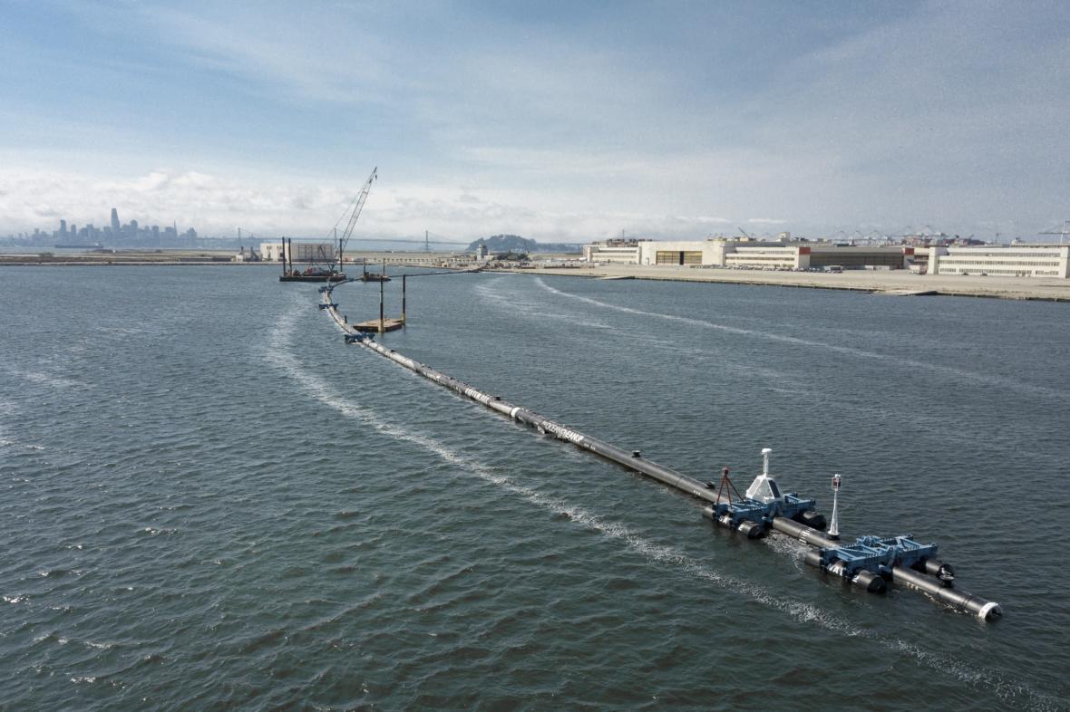 Na Tichý oceán vyplula plovoucí hráz na sběr plastů