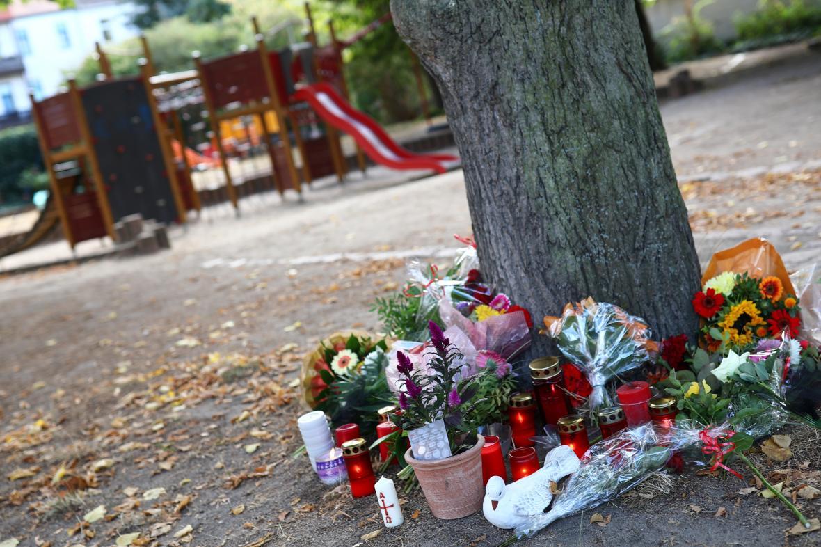 Květiny a svíčky na hřišti v Köthenu