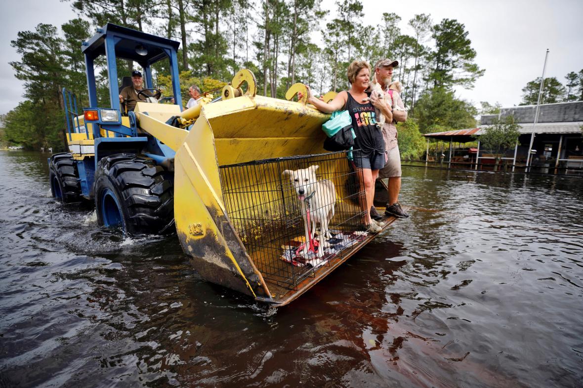 Obyvatelé městečka Burgaw v Severní Karolíně prchají před záplavami