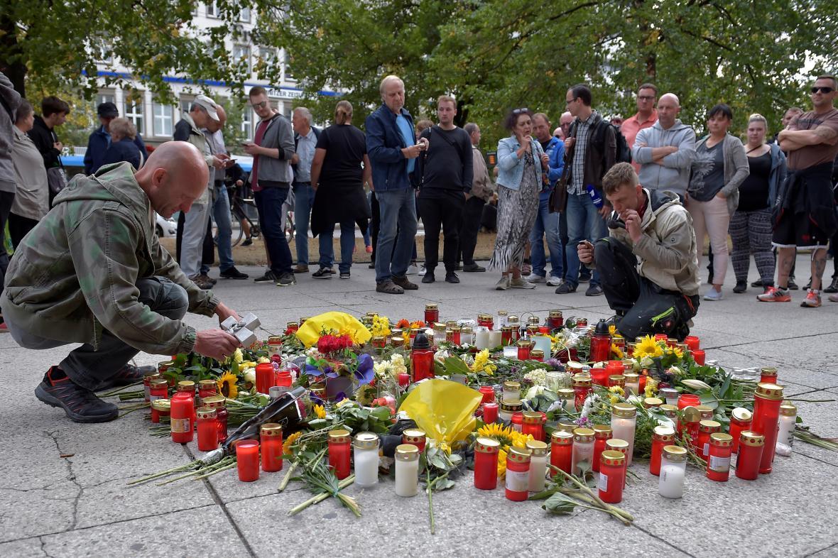 Svíčky pro ubodaného Němce v Chemnitzu