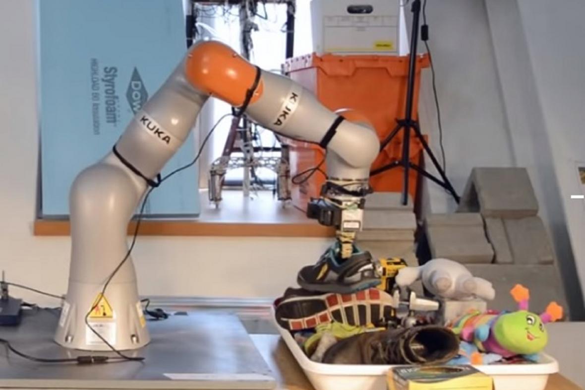 Robot, který se umí naučit rozpoznávat předměty