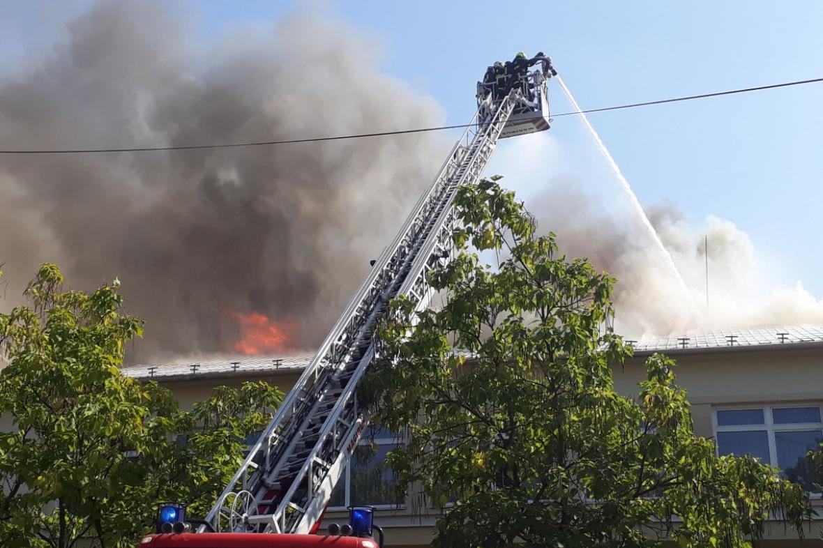 Škodu za desítky milionů pravděpodobně způsobí požár v Drnovicích