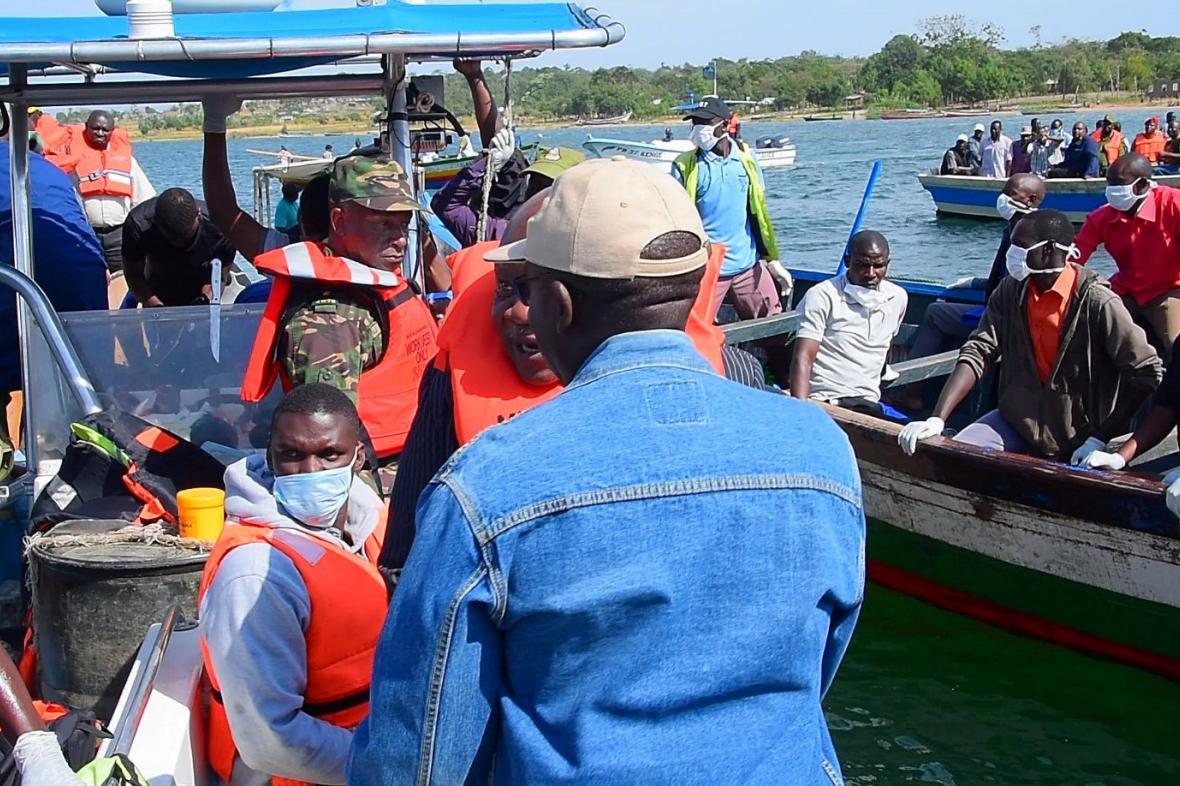 Záchranné práce po potopení trajektu na Viktoriině jezeře