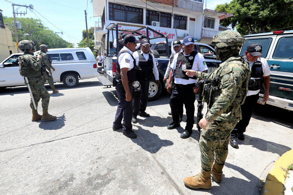 Vojáci doprovázejí policisty v Acapulcu, kteří jsou podezřelí ze spolupráce s organizovaným zločinem