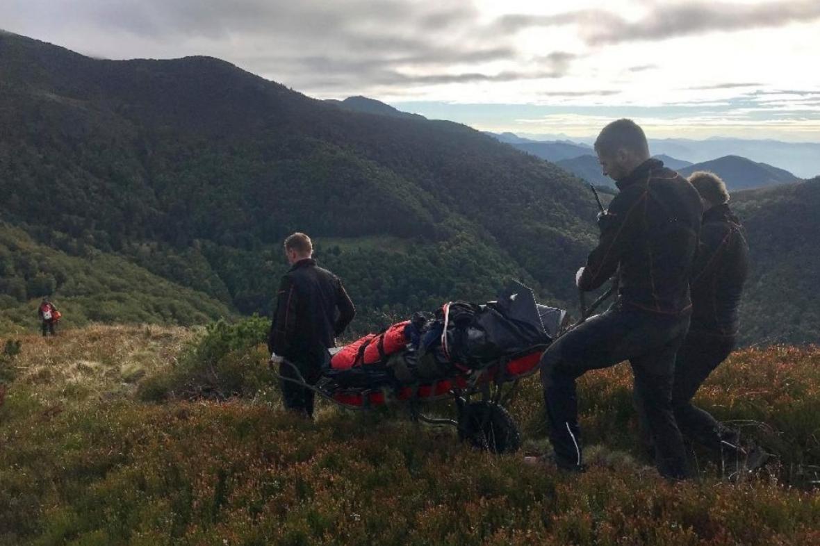Záchranáři snášejí dolů tělo mrtvého českého turisty