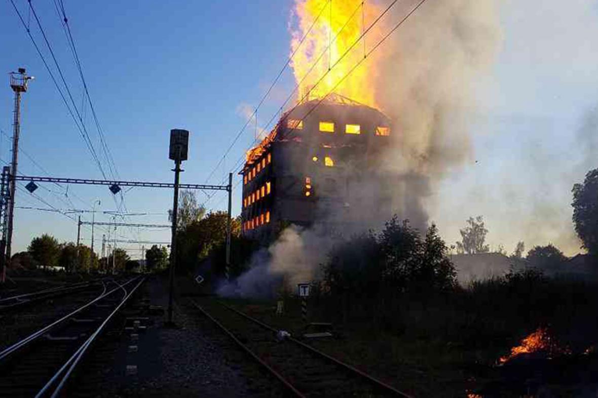 Požár bývalého sila u nádraží ve Svitavách