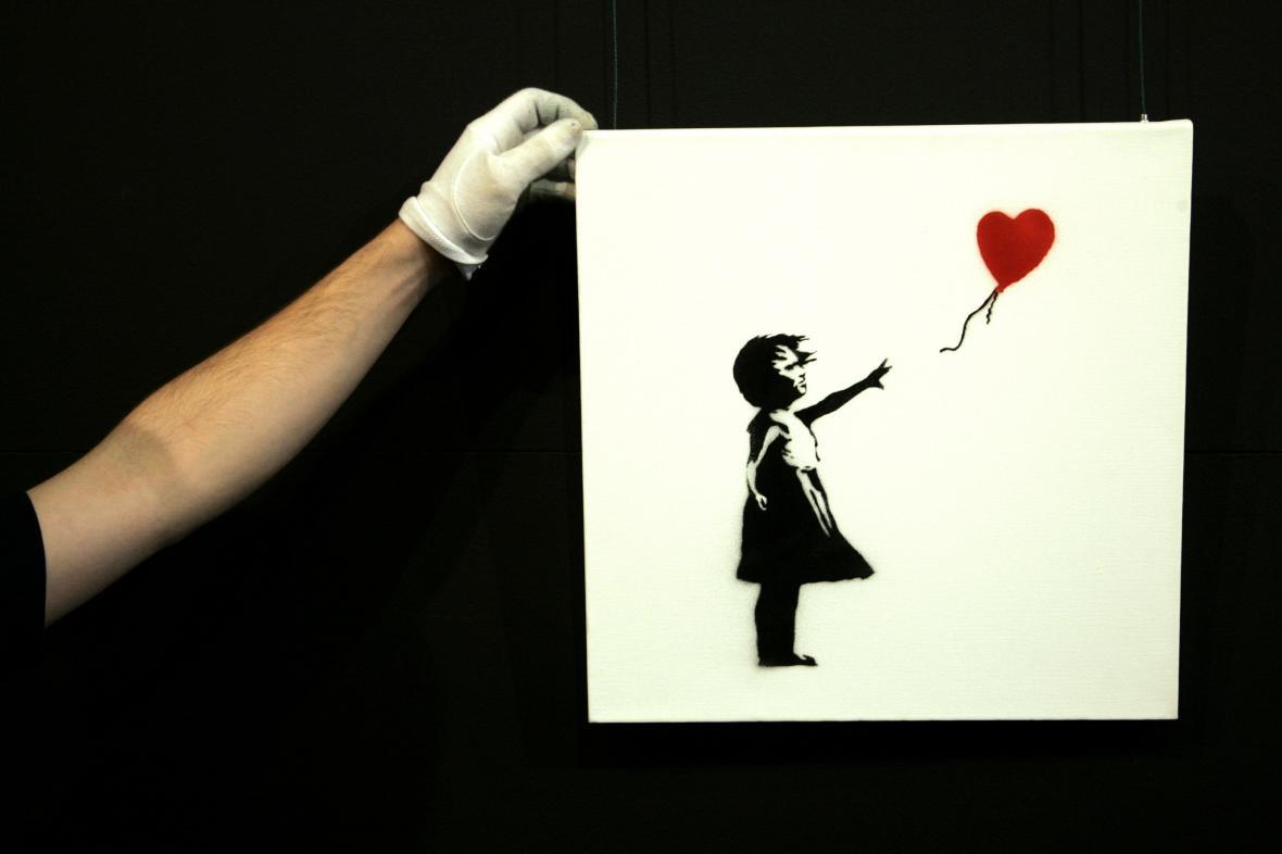 Jedno z provedení Banksyho Dívky s balonem