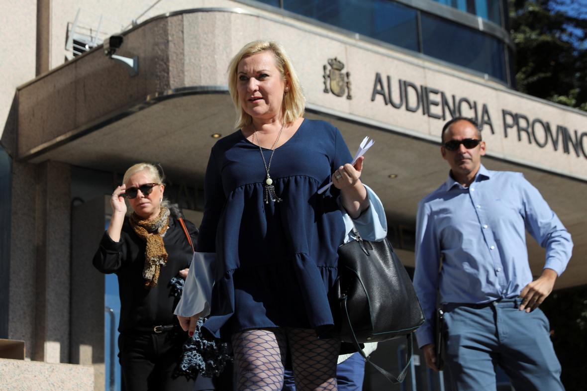 Inés Madrigalová odchází od soudu v Madridu