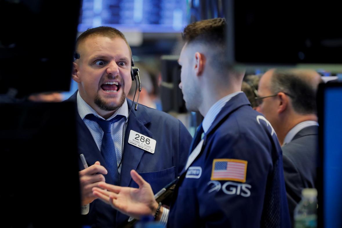 Obchodníci na parketu newyorské akciové burzy.