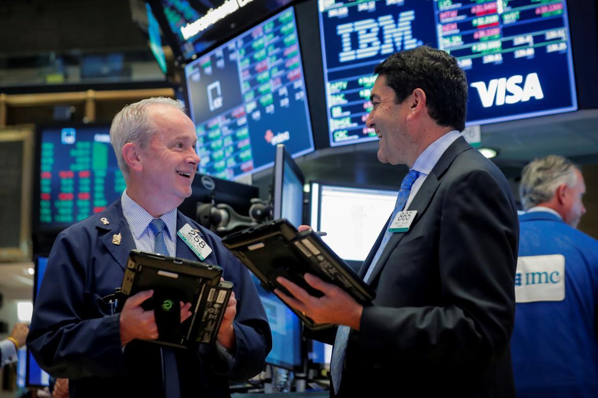 Obchodníci na parketu newyorské akciové burzy NYSE.
