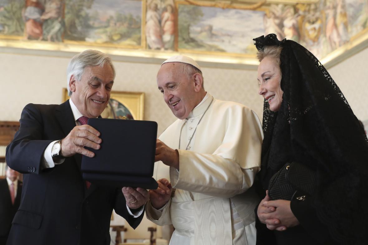 Papež František a chilský prezident Sebastián Piněra s manželkou Cecilií Morelovou