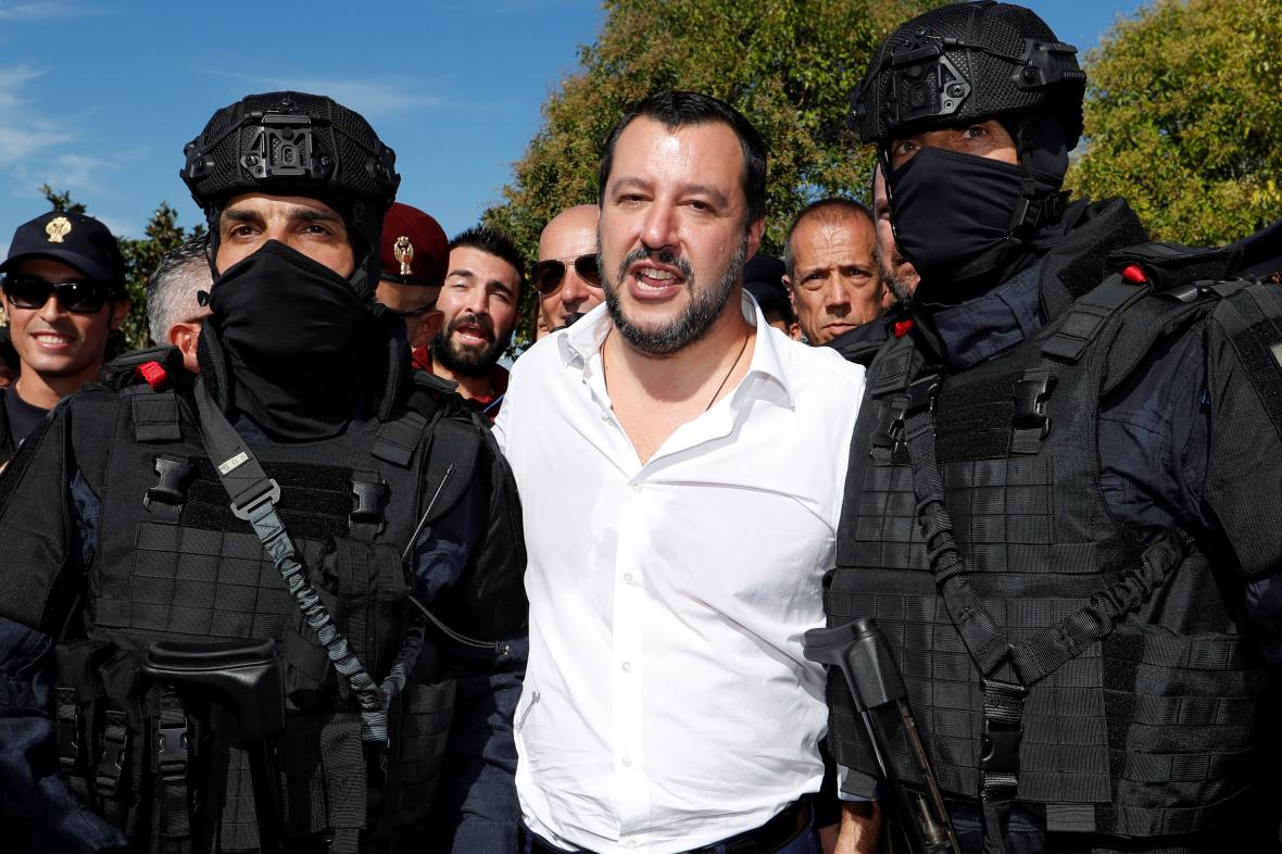 Matteo Salvini pózuje s příslušníky italské zásahové jednotky