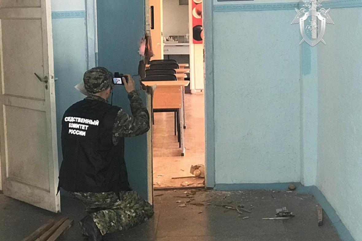 Vyšetřovatel zajišťuje stopy uvnitř kerčského učiliště