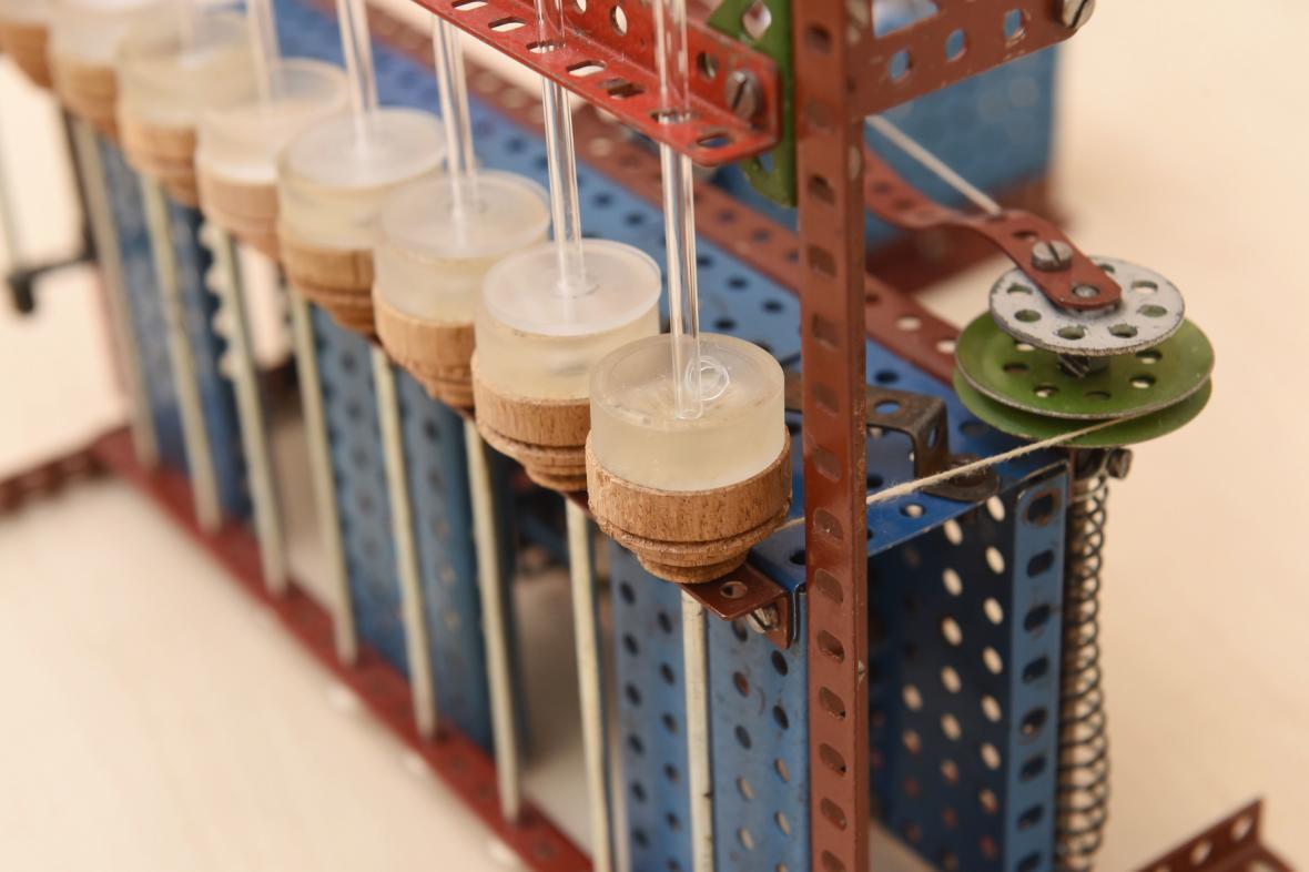 První stroj na kontaktní čočky byl vyrobený ze stavebnice Merkur
