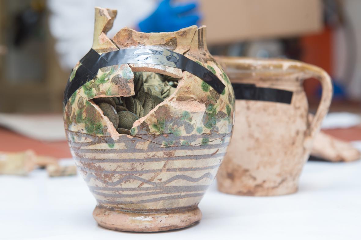 Stříbrné mince ležely v keramických nádobách