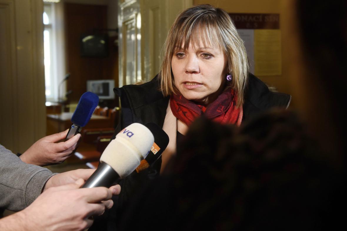 Průvodčí Jana Stejskalová, obžalovaná v případu tragického pádu dítěte z vlaku