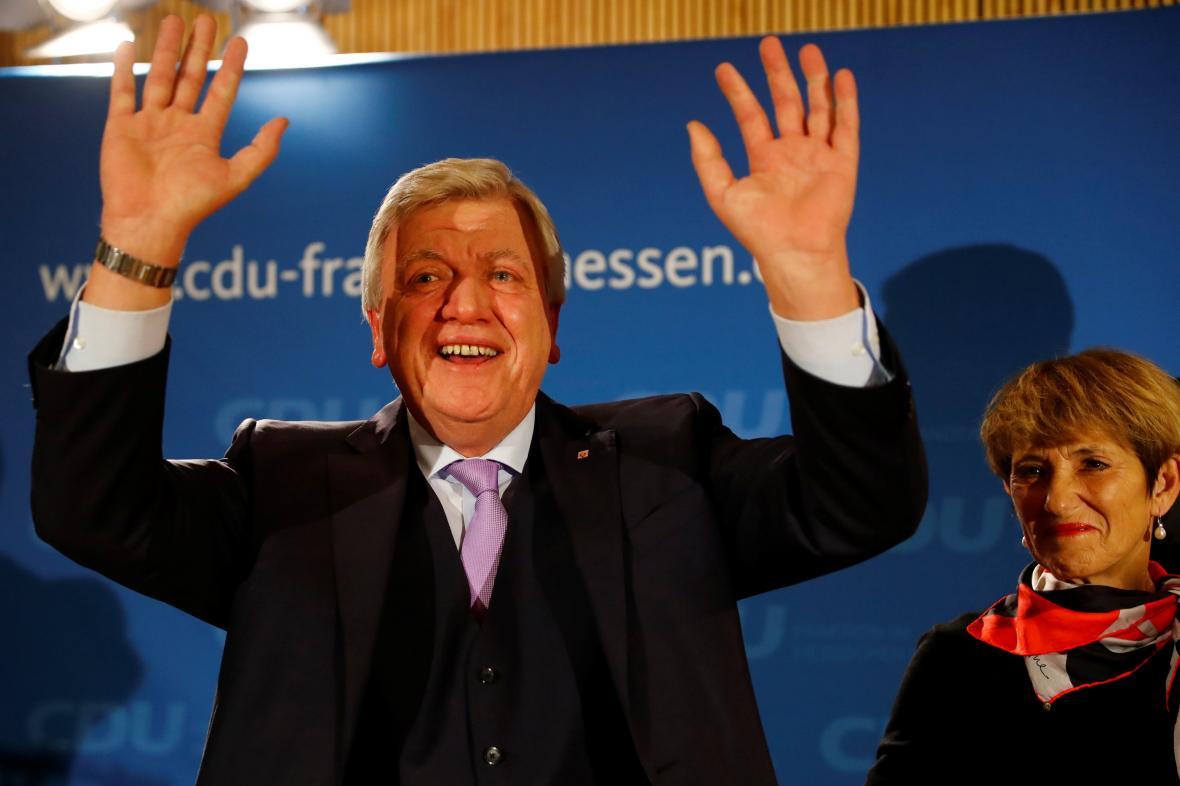 Šéf hesenské CDU Volker Bouffier se raduje z volebního vítězství
