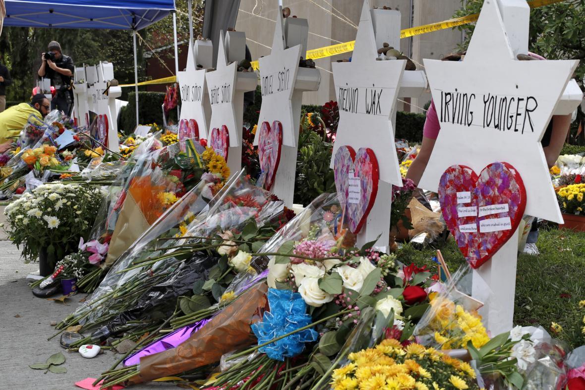 Květiny před synagogou v Pittsburghu