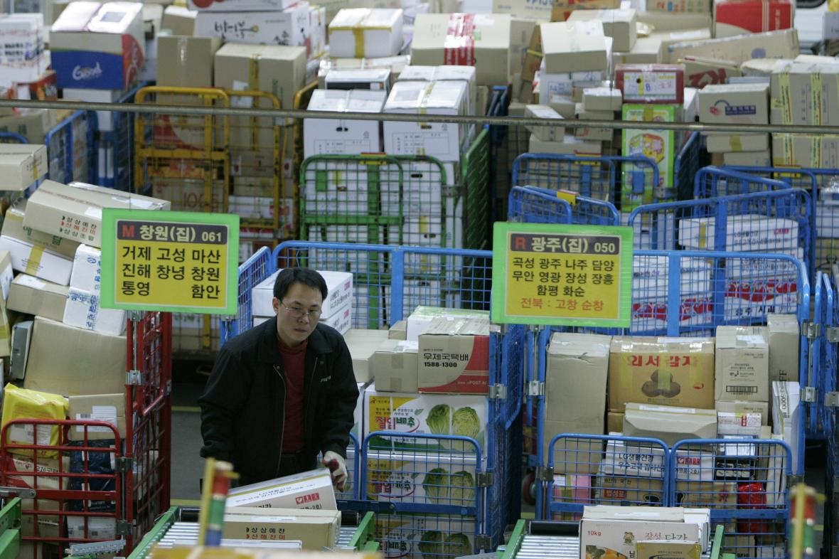 Pracovník jihokorejské pošty
