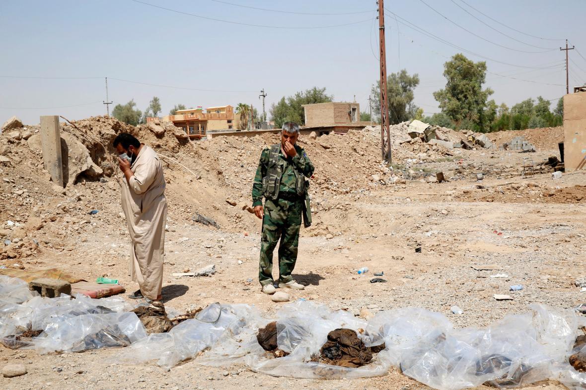 Ostatky nalezené v masových hrobech v Iráku
