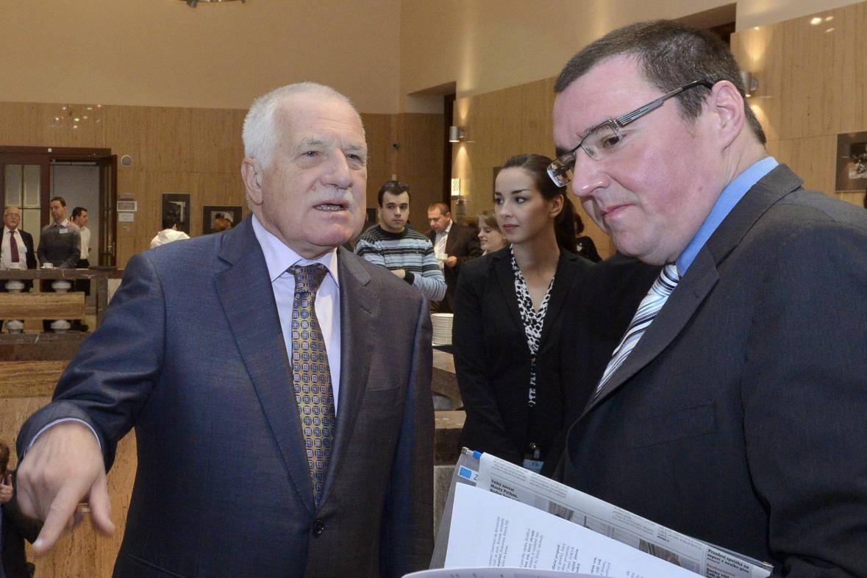 Guvernér ČNB Miroslav Singer a exprezident Václav Klaus v listopadu 2013 na ekonomické konferenci
