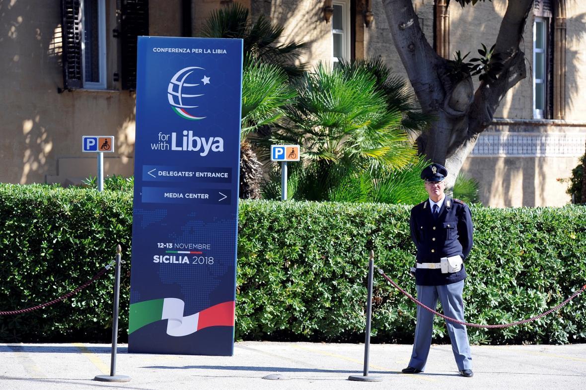 Policista hlídkuje před místem konání konference o Libyi