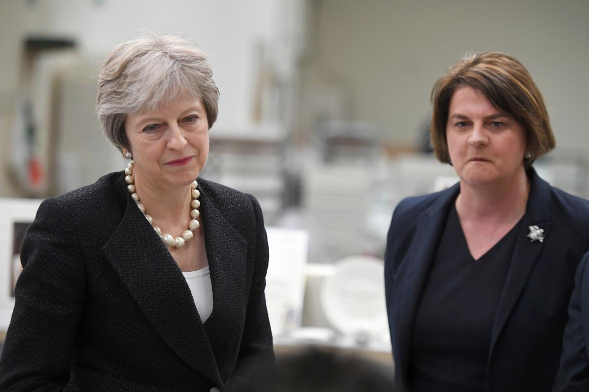 Britská premiérka Theresa Mayová a předsedkyně DUP Arlene Fosterová