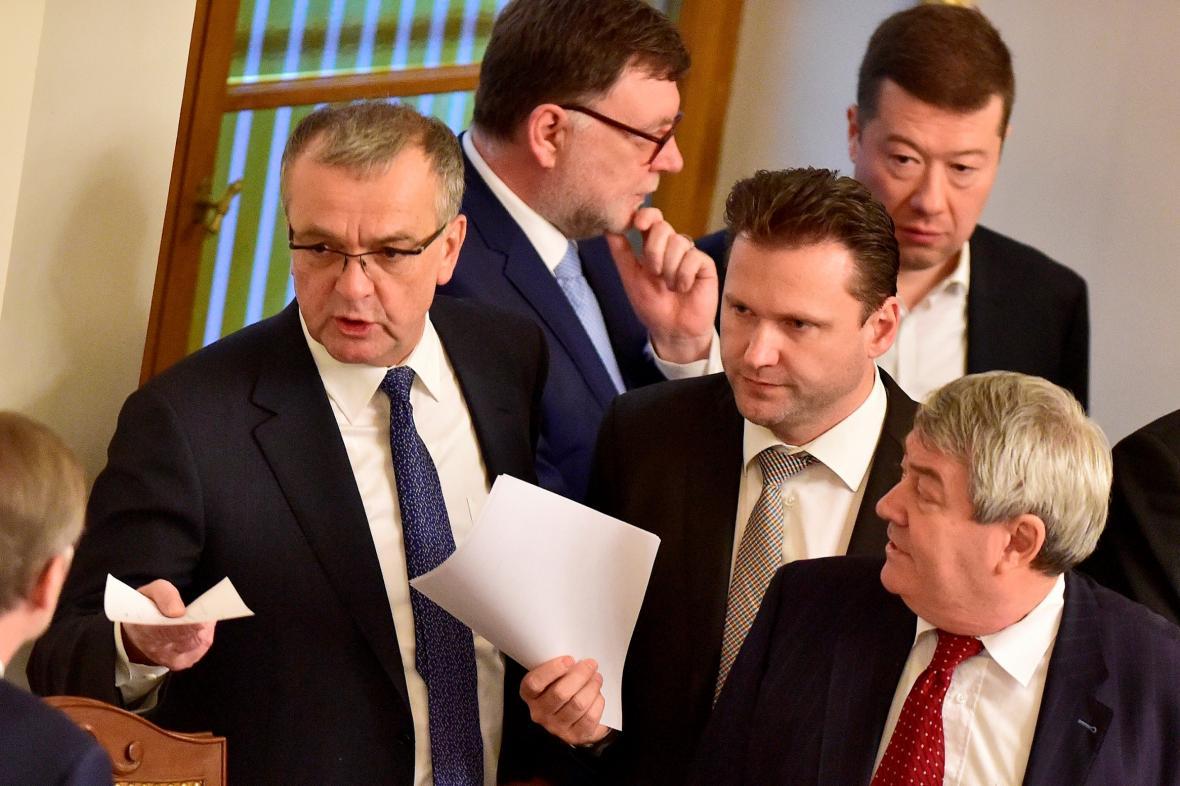 Poslanci během mimořádné schůze sněmovny