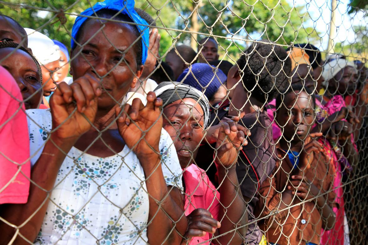 Lidé u plotu pozorují záchranářské práce na Viktoriině jezeře