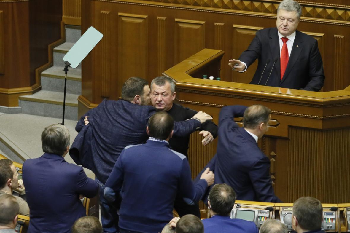 Prezident Porošenko během vzrušené debaty v parlamentu o válečném stavu