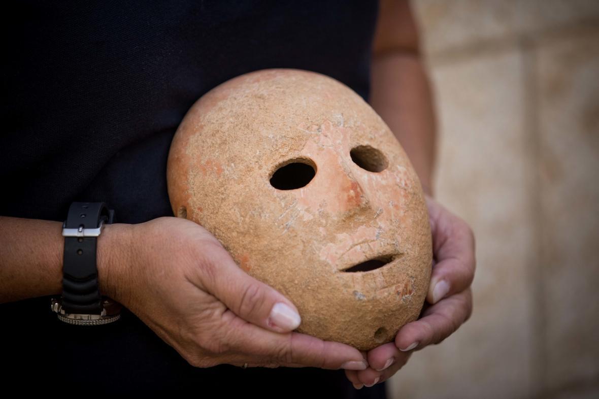 Devět tisíc let stará maska z Izraele