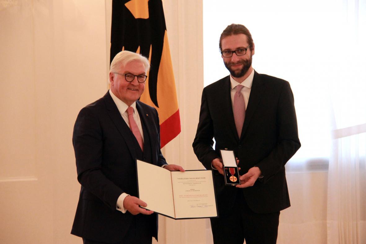 Německý prezident Frank-Walter Steinmeier  vyznamenal Jaroslava Ostrčilíka