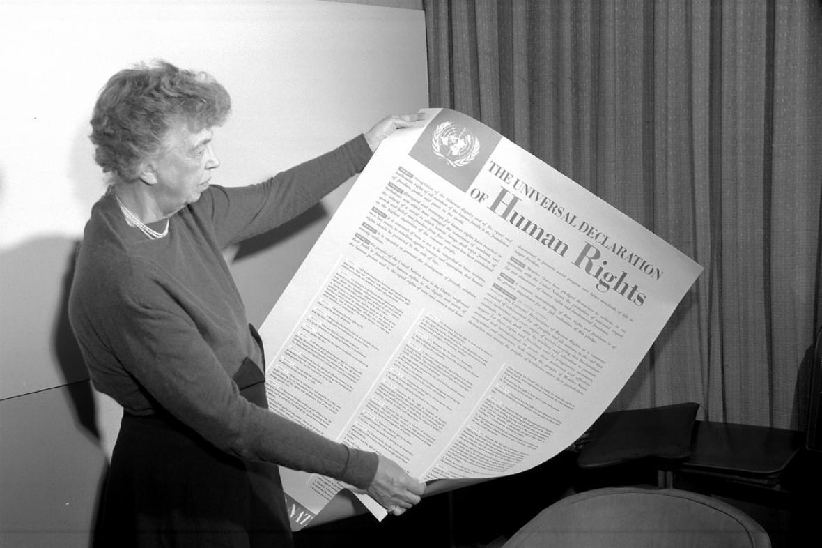 Eleanor Rooseveltová s čerstvě přijatou Všeobecnou deklarací lidských práv