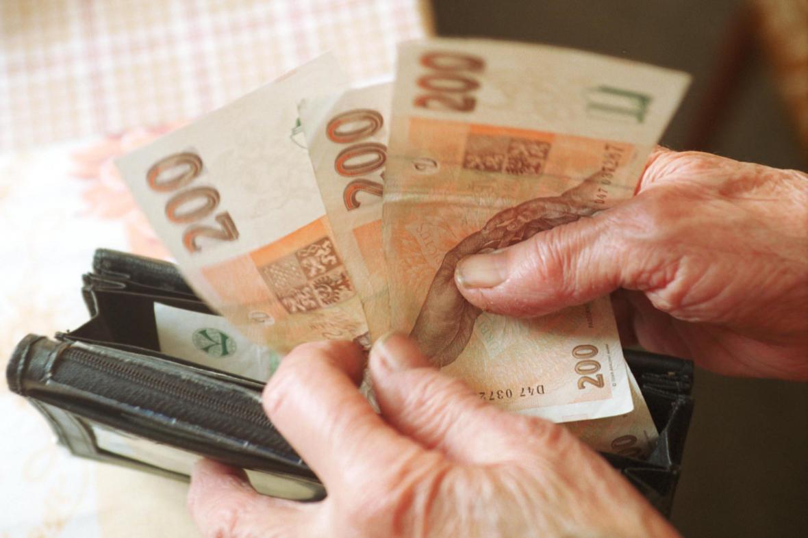 Ilustrační foto: Senior s penězi