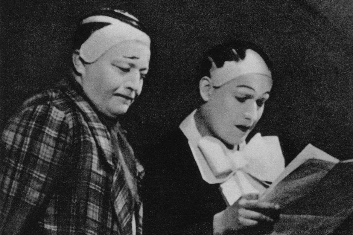 Jan Werich a Jiří Voskovec ve hře Pěst na oko, 1938